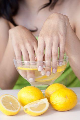 Unghie più belle: rimedi della nonna con limone