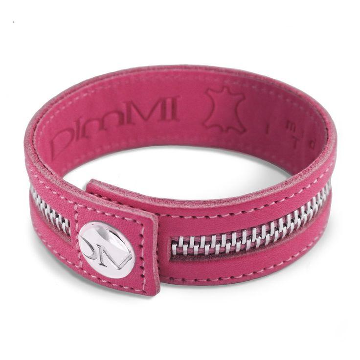La versione fucsia del braccialetto dimmi è sicuramente la più femminile della collezione. Perfetto per dare contrasto a bracciali in argento che riprendono la tonalità della cerniera, ma bellissimo anche indossato singolarmente al polso. Può essere usato come dettaglio sofisticato di un look casual oppure per dare un tocco di grinta agli out fit più classici ed eleganti. Insomma, è perfetto per ogni occasione.  #bracciali #braccialetti #outfit #moda #blogger #bracelet #dimmi #dimmiglamour