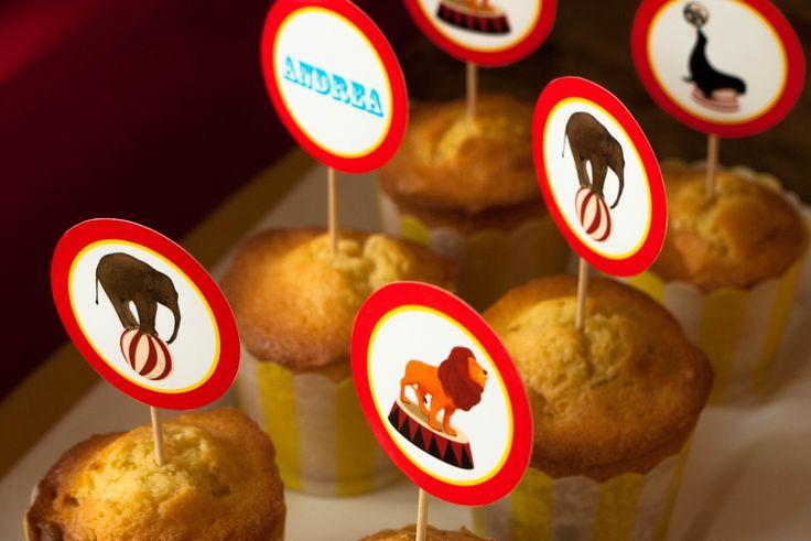 Réalisation de toppers pour décorer des sur le thème du cirque #circusparty #cirque #babyshower #fete #anniversaire #brunch #rosecaramelle #sweettable #candybar #circustoppers #toppers #cupcakes www.rosecaramelle.fr