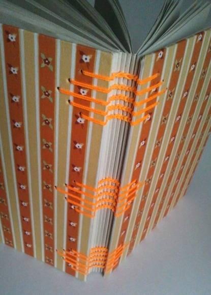 Lindo caderno artesanal em costura copta floral laranja. Encapado com tecido de algodão.  148 folhas de papel reciclado 75g. R$ 25,00