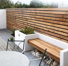 aménagement jardin extérieur, brise-vue en bois massif, banc assorti et galets décoratifs