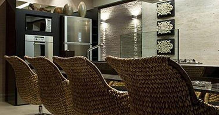 Cozinha integrada com iluminação LED e cadeiras de fibra natural
