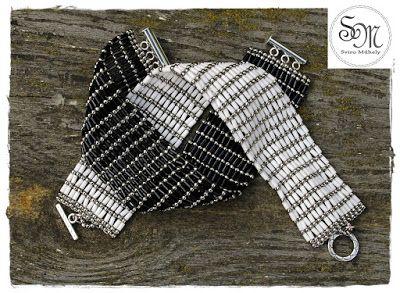 Sviro Műhely: Szalmás karkötők feketén, fehéren