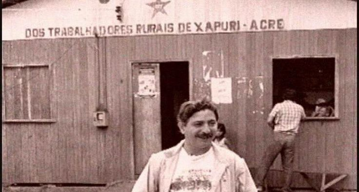 Líder. Chico Mendes posa na frente do Sindicato dos Trabalhadores Rurais de Xapuri