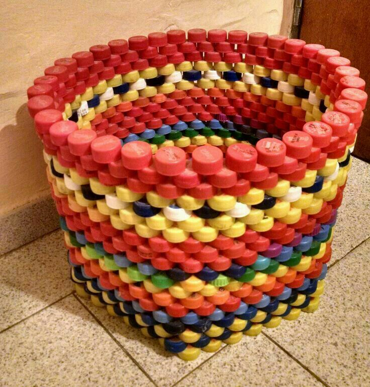 Love - DIY from bottle caps - brilliant! Besides, this is so fun and colorful plus useful in all sizes and shapes. Oh the possibilities! DIY heaven. Cesto de tampinhas