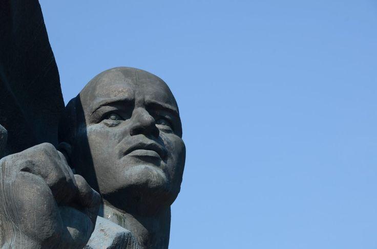 Ernst Thälmann streckt die Faust empor. Ernst-Thälmann-Denkmal Berlin