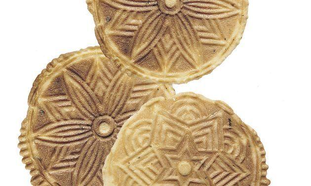 Safran-Bretzeli: Butter rühren, bis sich Spitzchen bilden. Zucker, Salz und Eier beifügen, weiterrühren, bis die Masse hell ist. Safran, Limettenschale und ...