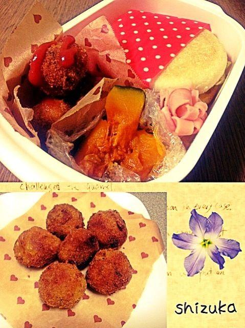 今日のお弁当✨ koume615 さんの リメイク♪ころっとした かぼちゃチーズコロッケ*を 作らせて頂きました(*´∀`*) かぼちゃの煮物もあったので ちょうど良かったです✨ 美味しー(๓´ڡ`๓) ☆かぼちゃチーズコロッケ* ☆かぼちゃの煮物 ☆お花のハム ☆イングリッシュマフィン 中に挟んだのは、 レタスとスクランブルエッグと ツナとマヨネーズ! - 63件のもぐもぐ - koume615 さんのリメイク♪ころっとしたかぼちゃチーズコロッケ✨ by shizuka0512