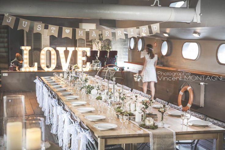 Love Boat, mariage sur le thème de la simplicité. Retrouvez tous ces articles en location chez DDay Déco : centre de table, chemin de table, jute, dentelle, rondins de bois, soliflores, photophores, chandeliers, lettres lumineuses LOVE, phonogramme vintage, guirlande de fanions Just Married etc.