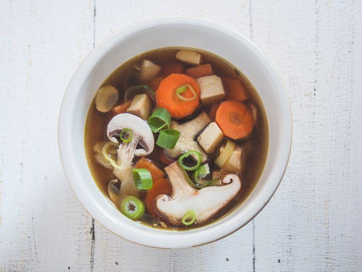 """Da wir schon dabei sind, können wir mit den herbstlichen Schrägstrich winterlichen Rezepten ja direkt weitermachen. Heute im Angebot: Suppe! Nach langer Zeit mal wieder eine asiatisch inspirierte Variante. Dazu wurde die schon einige Male gekochte """"Frühlingssuppe"""" einfach als Grundlage verwendet und ein bisschen abgeändert. Zutaten 2 l Gemüsebrühe 3 Misowürfel (z.B. im Alnatura) 1 Möhre 2 Frühlingszwiebeln 1 dünne Stange Lauch 1 Süßkartoffel 100 g Champignons 50 g Shiitake 3-4 Blätter…"""