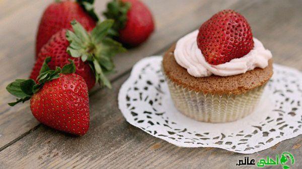 طريقة الكب كيك المحشي بالفراولة من موقع أحلى عالم سهلة و بسيطة التحضير مما يجعلها من الوصفات المميزة لذيذة و شهية يحبها الصغار Strawberry Food Mini Cheesecake