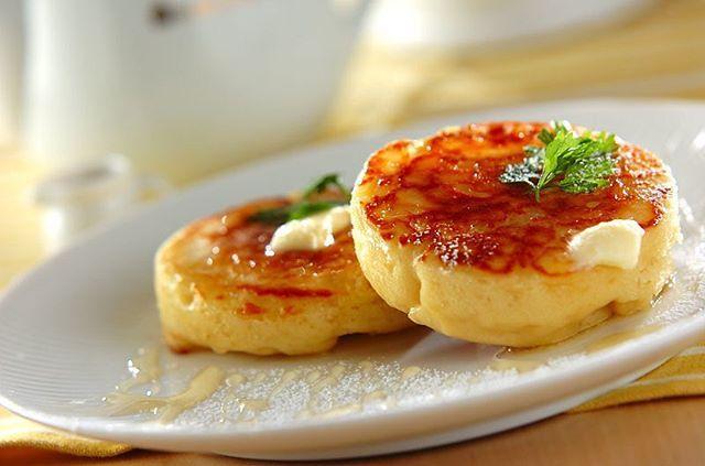 イギリス生まれのクランペット、ご存知ですか?イーストで発酵させた、ふんわりもちもちのパンケーキです。大豆粉と豆乳でヘルシーに仕上げました。混ぜて発酵させたら、フライパンで焼くだけでOK。バターとハチミツで召し上がれ♪ ・ 【大豆と豆乳のクランペット】 レシピ・作り方は、プロフィールページのURLから検索してください。 #クランペット #大豆粉 #豆乳 #発酵 #パンケーキ #フライパンでできる #朝ごはん #おやつ #Eレシピ #レシピ #erecipe #recipe #cooking #crumpet #soymilk #soyflour #breakfast #sweets