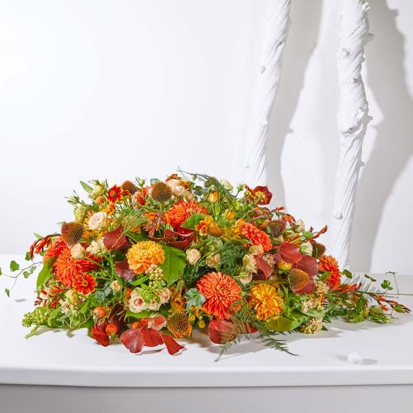 Biedermeier/Druppel Seizoen Herfst. Rouwstukken, rouwboeketten en troostboeketten worden over het algemeen gestuurd door mensen, die niet tot de directe familie behoren. Door bloemen te sturen betuigt u op een gepaste manier uw medeleven aan de overledene of directe familie. Gemaakt door Afscheid met Bloemen.