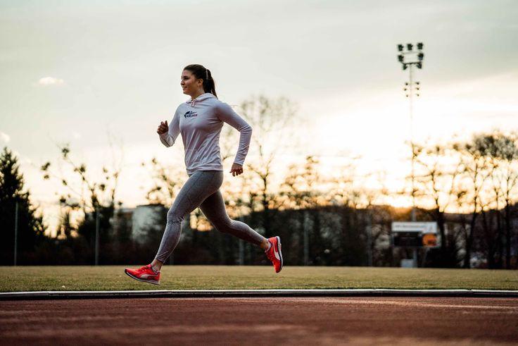 Übungen aus dem Lauf-ABC. Der Laufstil wird ökonomischer und somit wird deine Laufgeschwindigkeit schneller. Zudem verbesserst du deine Koordination.