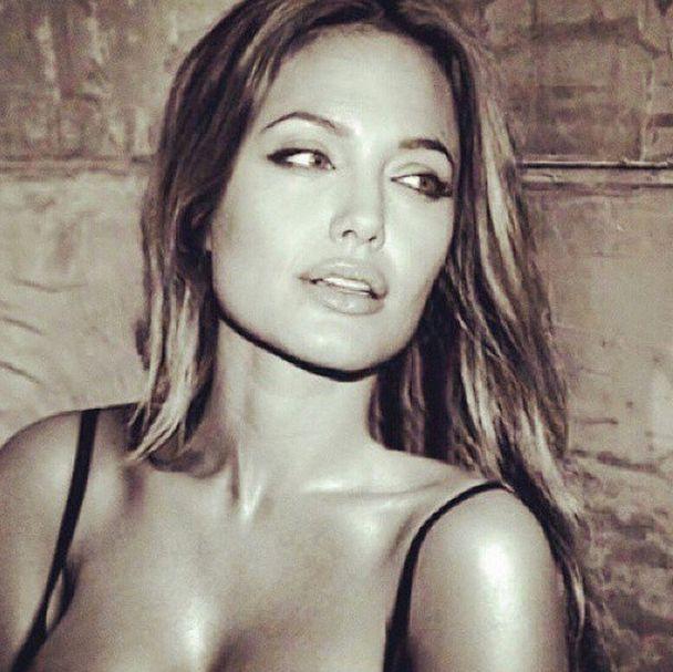 Fresh! Actrice Angelina Jolie showt haar prachtige benen op de cover van Interview Magazine ---> http://bit.ly/1FtZKep