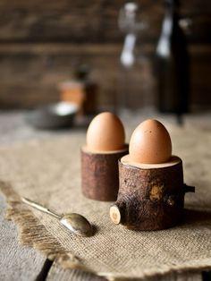 Tolle Eierbecher einfach selbermachen aus dicken Ästen. Eierbecher DIY Idee, rustikale Eierbecher - zugleich super Tischdeko.