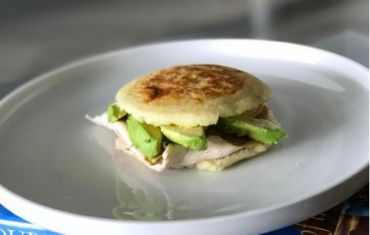 Arepas con aguacate y pavo