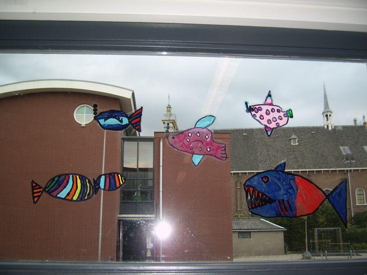Vissen op een sheet geverfd met glansverf. Eenmaal droog plakt deze vanzelf aan het raam.