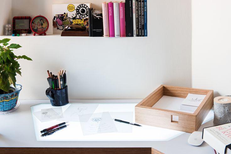Mesa de dibujo con luz led, incluida en la superficie, con cortes rectos y lineas diagonales, que acompañan el diseño de la superficie. + cajón sin herrajes que sirve a su vez, cómo porta papeles.