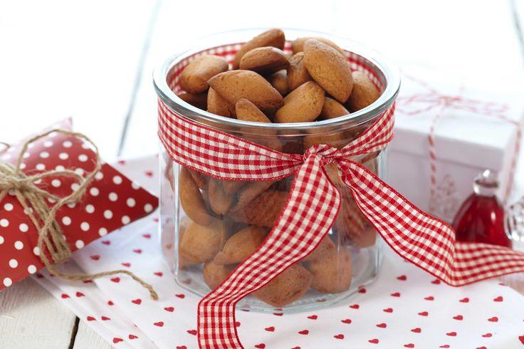 Små munnfuller av julens deilige peppernøtter er ikke å forakte. Tradisjonelt ser disse kakene ut som små knapper, men hva med å tegne små budskap på de med litt frisk melisglasur eller gi de et lekkert dryss av melis?