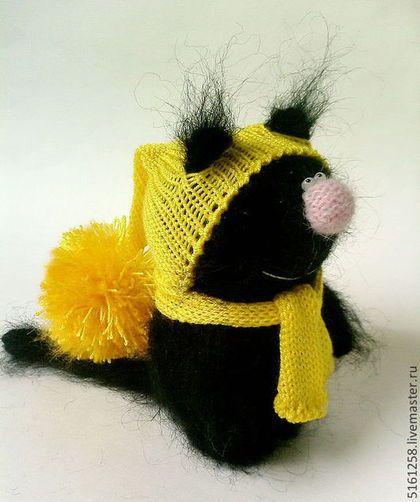 Купить или заказать Вязаный чёрный кот 'Талисман'. Вязаная игрушка, амигуруми хеллоуин в интернет-магазине на Ярмарке Мастеров. Чёрный Кот в яркой желтой вязаной шапочке с помпоном и шарфике - мягкий пушистый и очень добрый)) Принесет удачу своему владельцу;) Котик сможет стать отличным подарком для взрослых и детей! Котика вязала спицами вручную из мягких пушистых ниточек. Нажимайте кнопочку 'Добавить в круг' ( слева в меню) и Вы будете первыми узнавать о новинках в моём…