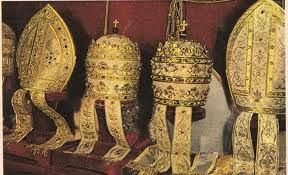 REGNUM. Pequños medallones que adornan la tiara o mitra papal.