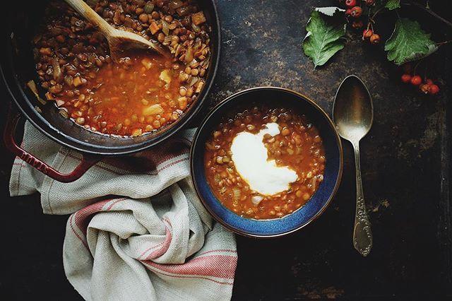 Zupa, która (prawie) sama się robi. Idealna na leniwe dni. Polecam gorąco, przepis już na blogu. ▶️soczewica▶️cebula▶️masło▶️koncentrat pomidorowy▶️papryka w proszku▶️wywar lub woda▶️sól, pieprz i mięta🌶 Homemade easy lentil soup