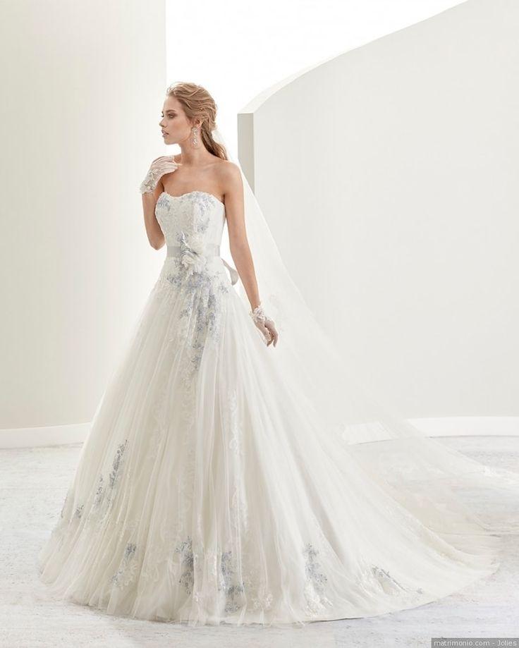 Delicato abito da sposa di Jolies bianco con dettaglio in celeste polvere. Scollo a cuore con cintura di raso celeste e decorazioni in pizzo sulla gonna.