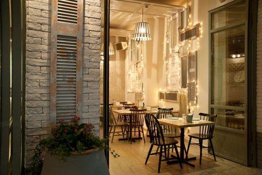 Ο χώρος είναι στημένος με χαλαρή διάθεση και ρετρό διακοσμητικές πινελιές, μαρμάρινα τραπέζια, σιδερένιες καρέκλες και τεράστιες τζαμαρίες...