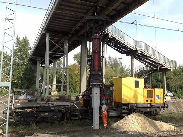 Pale prefabrykowane pod słupy sieci trakcyjnej, Linia kolejowa E 65 Warszawa - Gdynia.