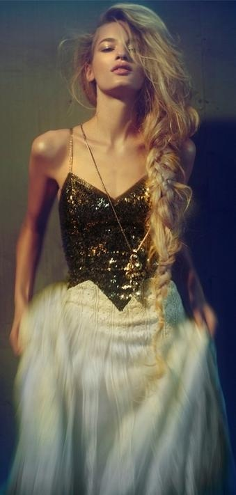 Gold glitter gown. Sequins. #beauty #glitterfashion