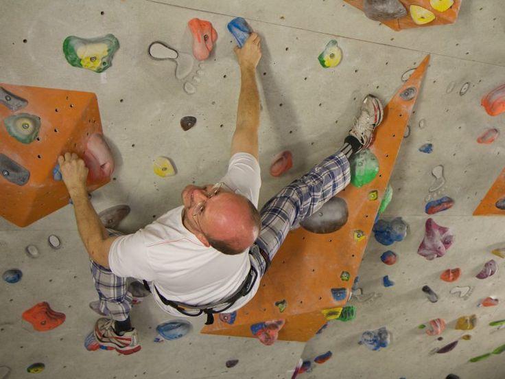 Die T-Hall ist für jeden etwas: Ohne Vorkenntnisse einfach und ausgiebig unter Anleitung klettern oder eine der über 300 verschiedensten Routen von superleicht bis extrem schwierig ausprobieren. Der Boulderbereich bietet außerdem variantenreiche Griffe.    Die wetterunabhängige Kletteranlage eignet sich auch für einen gemeinsamen Firmenausflug oder andere Teamveranstaltungen - lediglich bequeme Sportkleidung und saubere Turnschuhe sind notwendig.