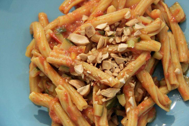 Pasta di lenticchie rosse, curcuma, zucchina, pomodorini, peperone, scaglie di mandorla