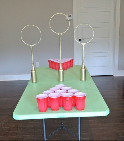 Faites une partie de Quidditch de table pour bien démarrer la fête.