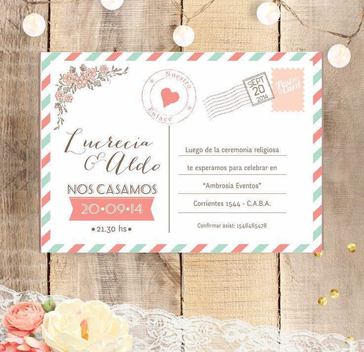 Invitación de boda estilo postal con detalle de flores y corazones.