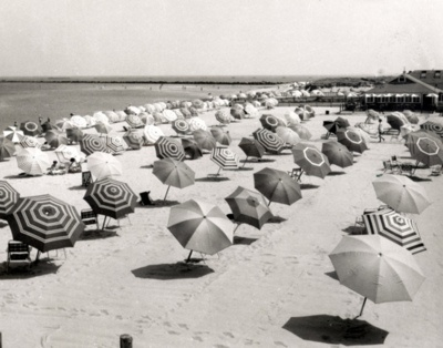 Beach Photos, Vintage Holiday, Beach Living, Black White, Beach Club, Beach Umbrellas, Beach Pictures, 1950, Beach Life