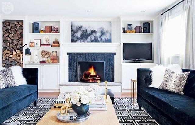 #inspiraçãododia Simetria e estilo foram as premissas escolhidas pela designer Sarah Walker na decoração da sala de TV de sua casa. A profissional combina elementos contemporâneos e clássicos. Para isso, ela mistura padrões – como o espinha de peixe de azulejos de mármore que emoldura a lareira, e a geometria do tapete – com uma paleta de cores neutra e o aconchego tradicional da madeira. #revistacasaclaudia #decor #decoration #decoração #home #house #casa #living