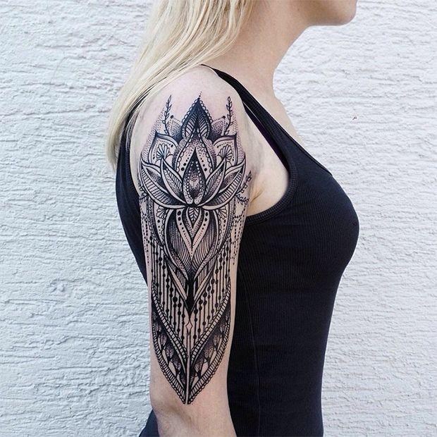 Jessica Kinzer cria tatuagens incrivelmente complexas ao usar ornamentos…