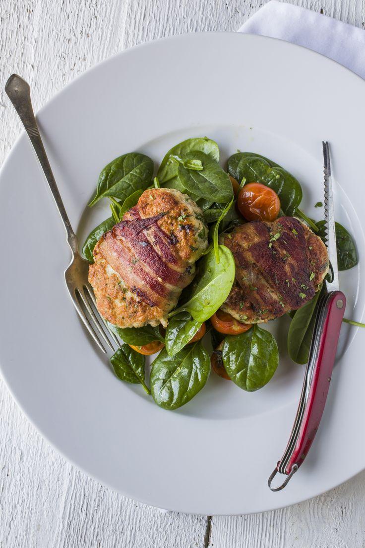 Bacon-ben sült csirkefasírt - sült paradicsomos spenótsalátán | Mi történik akkor, ha két ízletes finomságot egy étellé formálunk? Csoda! A bacon és a csirkefasírt karakteres íze keveredik ebben a fogásban, amit a vonalainkra ügyelve sült paradicsommal, spenót salátán tálalunk. E smaragdzöld színű zöldségnövényünk, a spenót, több tápanyagot tartalmaz, mint sok más élelmiszer. Élettani jelentősége a magas vitamin, ásványi só és nyomelem tartalmában keresendő.