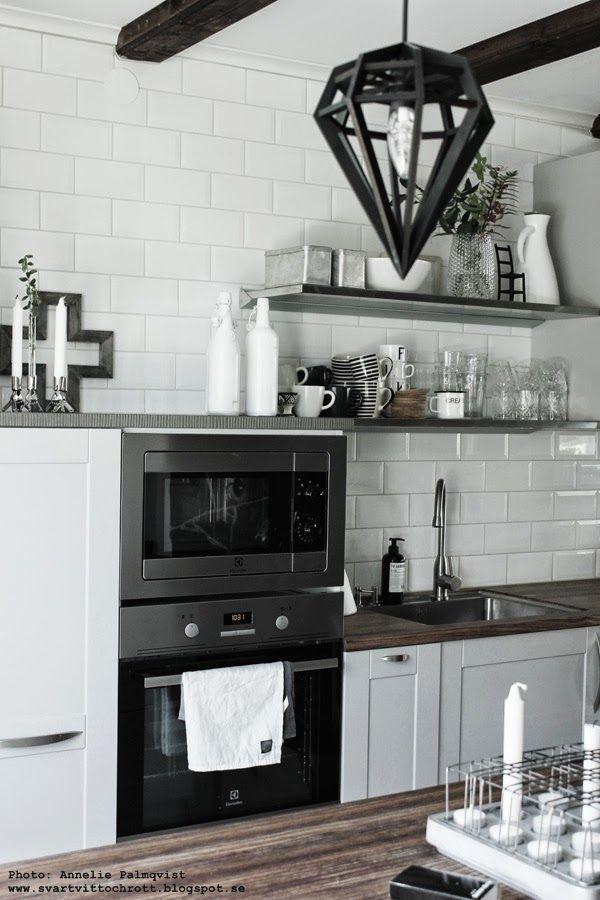 kök 2014, köket, köksinspiration, vitt och grått kök, vita, grått, gråa, vita små kakelplattor i köket, hth, lilla bruket tvål, diskbänk, bänkskiva, taklampa, hylla, hyllor, svart lampa, lampor, kökslampa, kökslampor, inspiration, 2014,