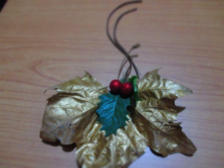 Hojas de arce y muérdago, con pequeñas esferas roja para este detalle de Navidad