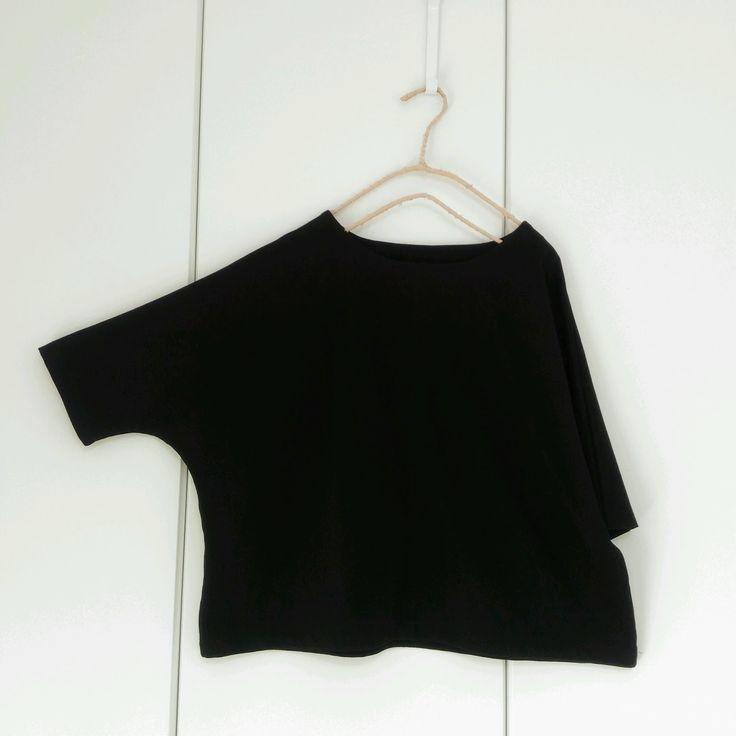 ドルマンスリーブTシャツの無料型紙と作り方 五分袖のドルマンスリーブのTシャツです。あきなし、袖付けなし!とても簡単です。1日~2日で完成できると思います。 ほかにも着用画像あります→ こちら サイズ 材料 ・布 幅110c...