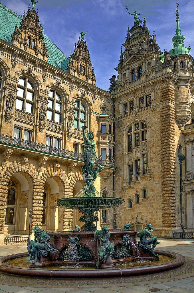 Rathaus Hamburg. ♥ ♥ ♥ Wir lieben Deutschland. Deutschland liebt die Trinkflasche aus Glas von EPiCO BOTTLES. Finde sie auf https://epicobottles.de/