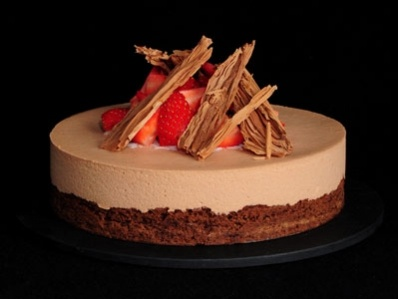 Brownie de chocolate con mousse de chocolate y fresas