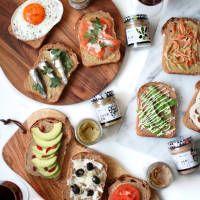 画像1 : InstagramなどのSNSで話題の「スティックオープンサンド」を知っていますか?サンドイッチのように具材を挟むわけではなく、トーストしたパンに好きな具材を乗せたオープンサンドをスティック状にしたものです。これがかなりおしゃれと話題に!