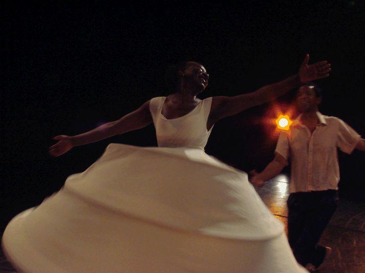 """As peças """"Sapatos Brancos"""" e """"Roliúde"""" ganham sessões com entrada Catraca Livre no Teatro Sesi Vila das Mercês, dias 15 e 16, respectivamente, sempre às 20h."""