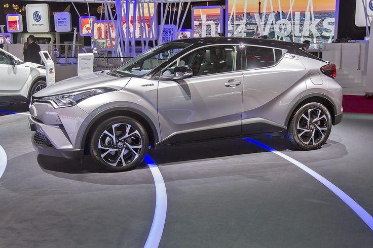 Sulla passerella del #ParisMotorShow2016 compare il Nuovo Toyota C-HR. Scoprilo ora in tutte le sue versioni! http://bit.ly/Nuovo_Toyota_CHR