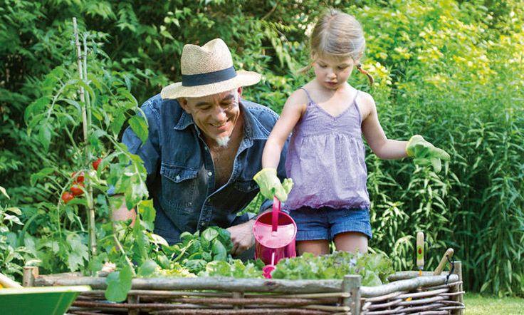 Instinctivement, les enfants protègent et soignent la nature et adorent faire comme les grands.