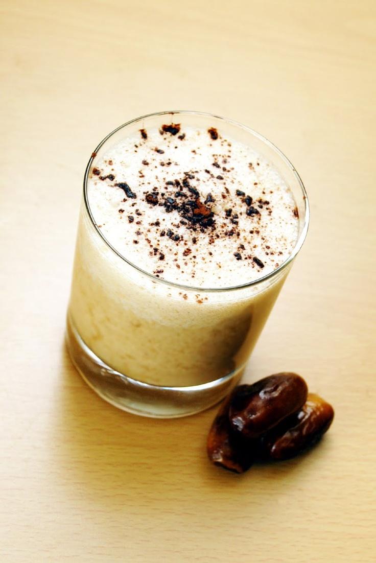 Capuccino energizer   5 - 6 curmale hidratate de seara pana dimineata  - 1 lingurita pudra de maca  - un varf de cutit ( 1 gram) de pudra guarana  - 1 lingurita ulei de cocos  - 200ml apa ( in care au stat curmalele la hidratat)
