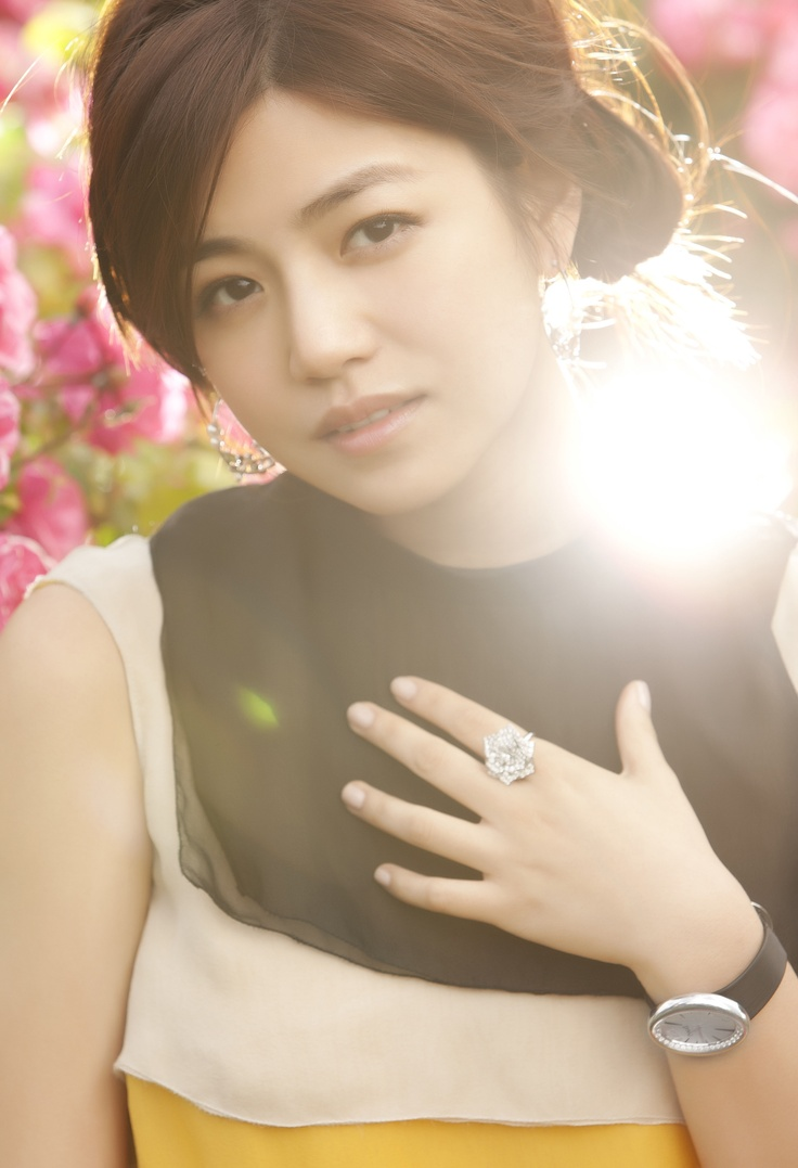 Michelle Chen wearing a Piaget Rose ring (ref. G34U5600)
